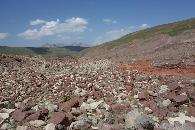 Chokladflod östliga Kuzulsu. Norr Pamir. royaltyfri bild