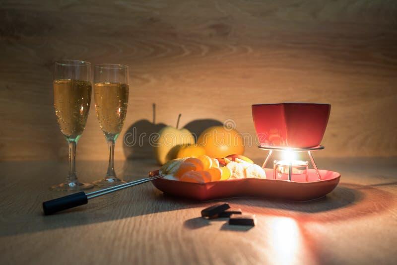 Chokladfondue med frukt och champagne Romantisk matställe Förälskelse arkivfoto