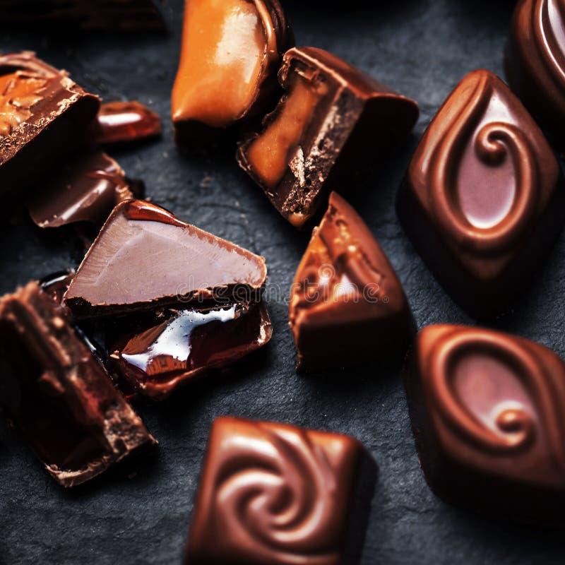 Chokladgodisar på den svarta tabellen, bästa sikt Praline Chocolate strömbrytare royaltyfri bild