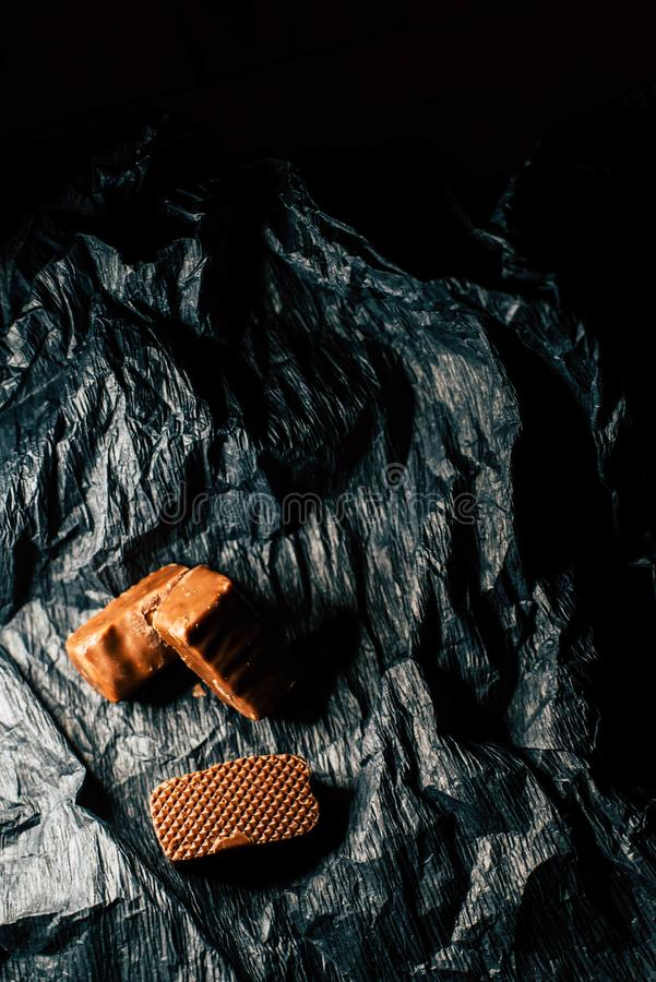 Chokladgodisar p? en svart bakgrund royaltyfri fotografi
