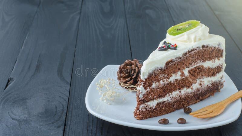 Chokladkaka i maträtt royaltyfria bilder