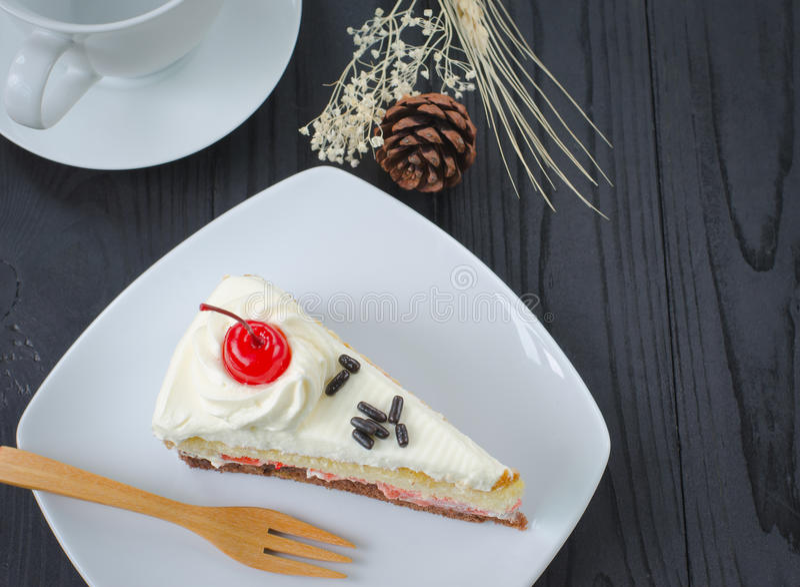 Chokladkaka i maträtt och kaffe royaltyfri fotografi