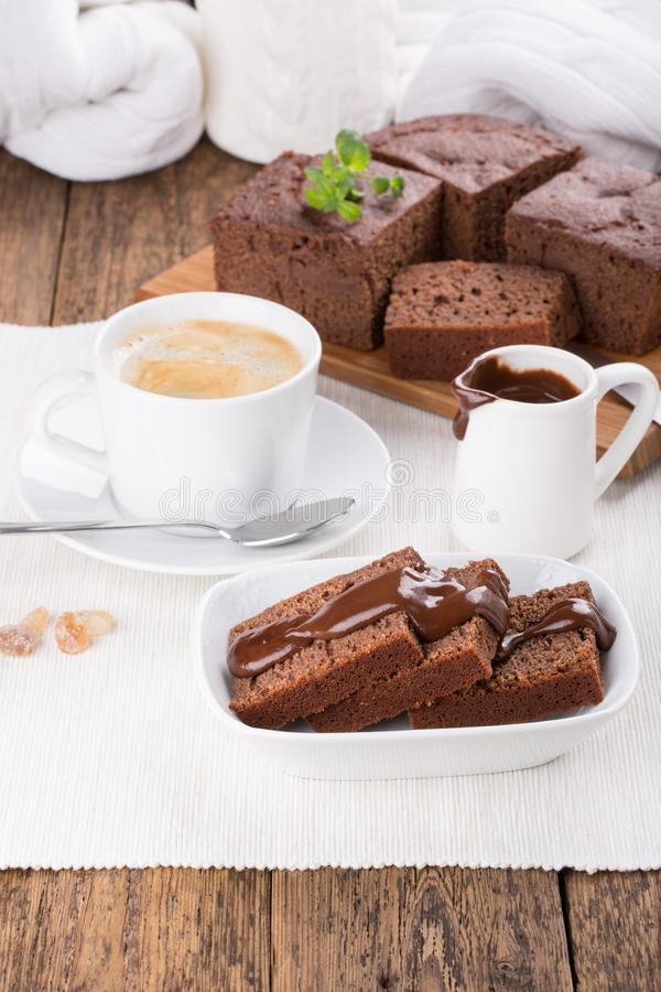 Chokladkaka med chokladtoppning royaltyfri bild