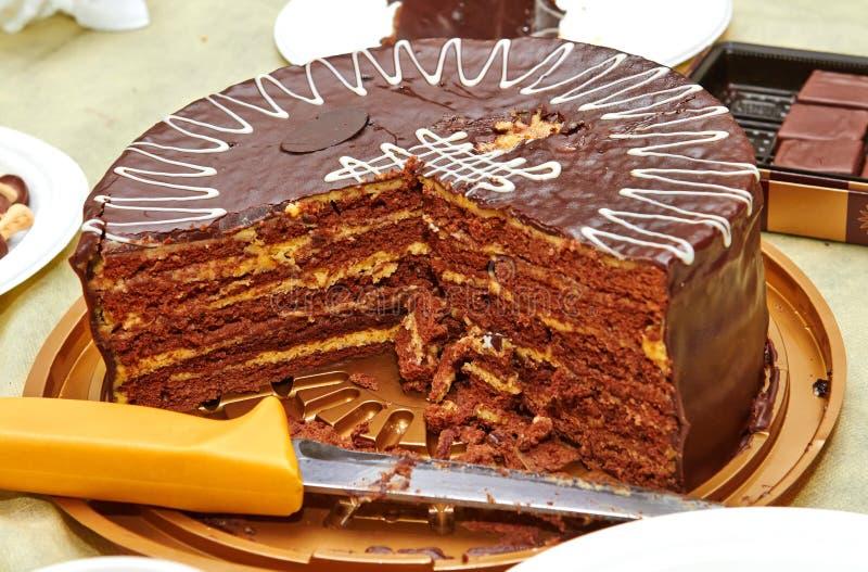 Chokladkaka med ett gult lager på födelsedagen arkivfoto