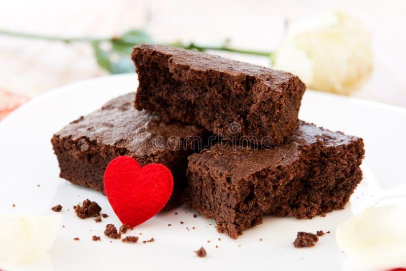 Chokladkaka med förälskelsehjärta royaltyfri foto