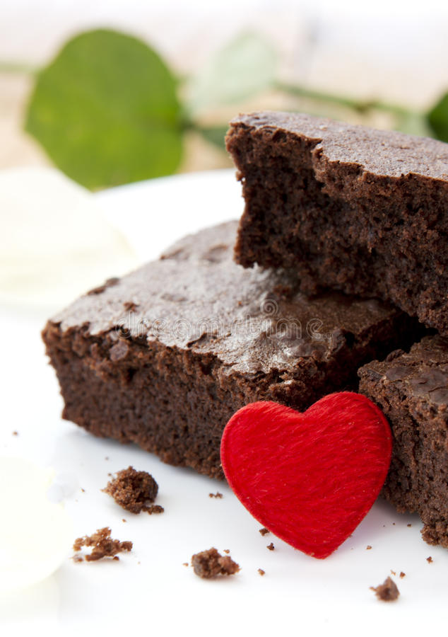 Chokladkaka med förälskelsehjärta arkivfoton