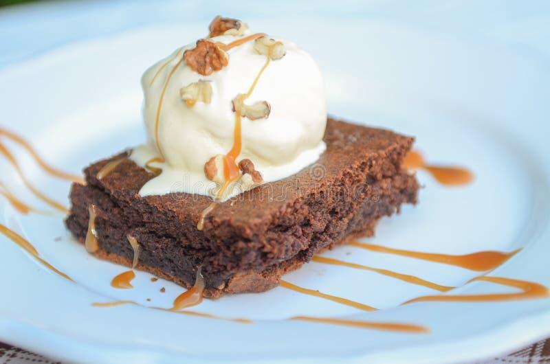 Chokladkaka med glass och karamell arkivbild