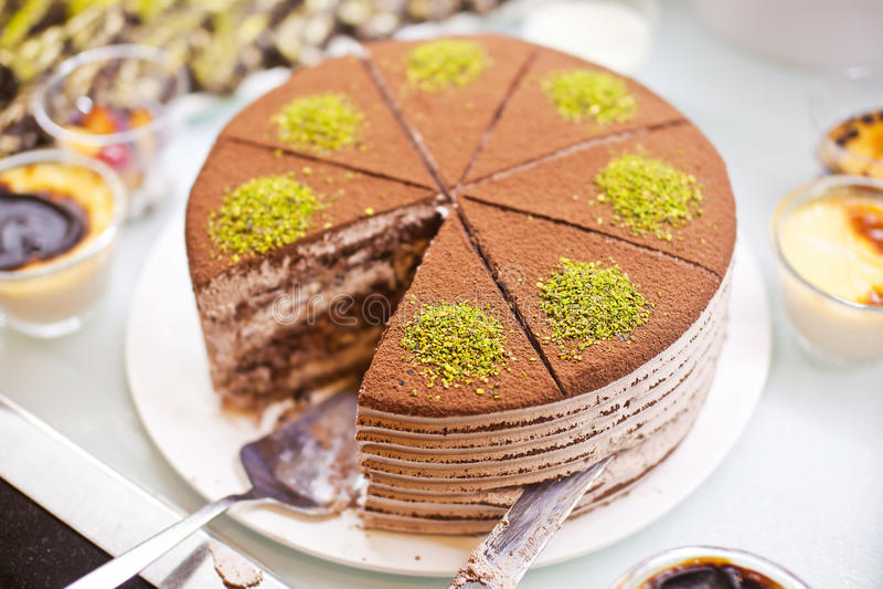 Chokladkaka med gröna pistascher royaltyfri foto