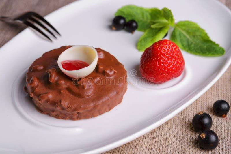 Chokladkaka med jordgubbar och vinbär royaltyfria foton