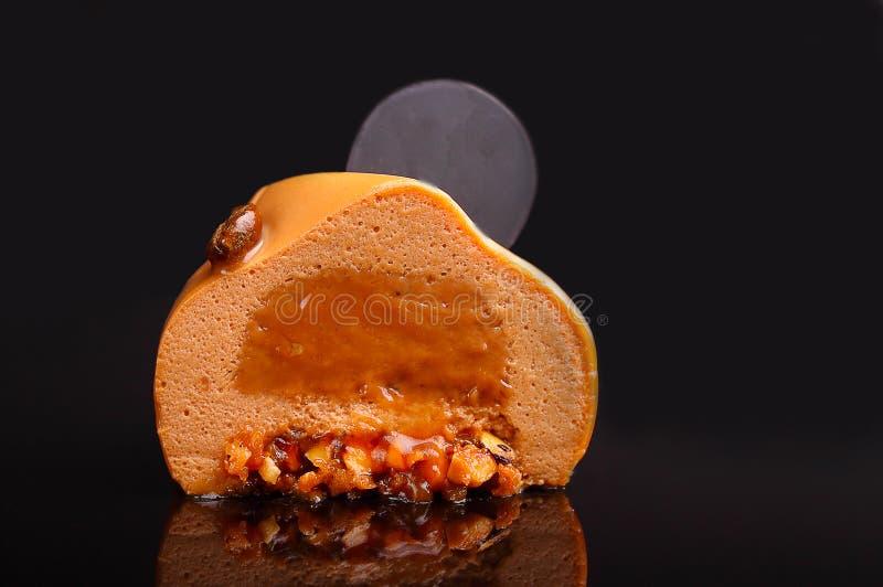 Chokladkaka med karamellmousse royaltyfria foton