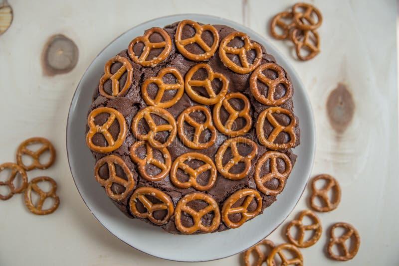 Chokladkaka med kringlan royaltyfri foto