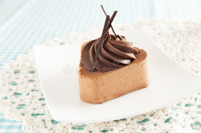 Chokladkaka på den vita maträtten royaltyfri bild