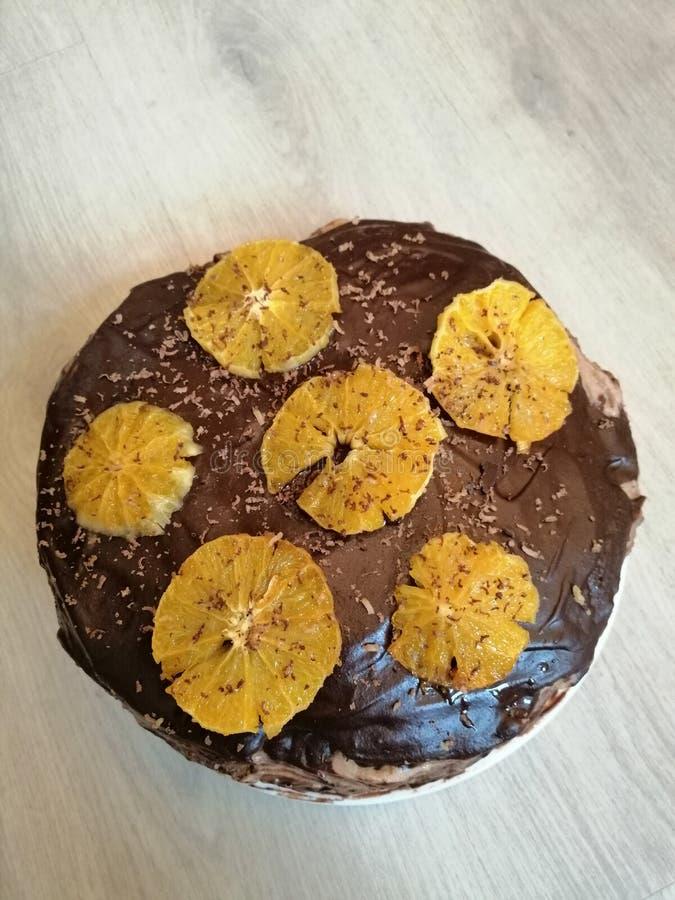 Chokladkaka som dekoreras med apelsiner på ett bräde royaltyfri fotografi