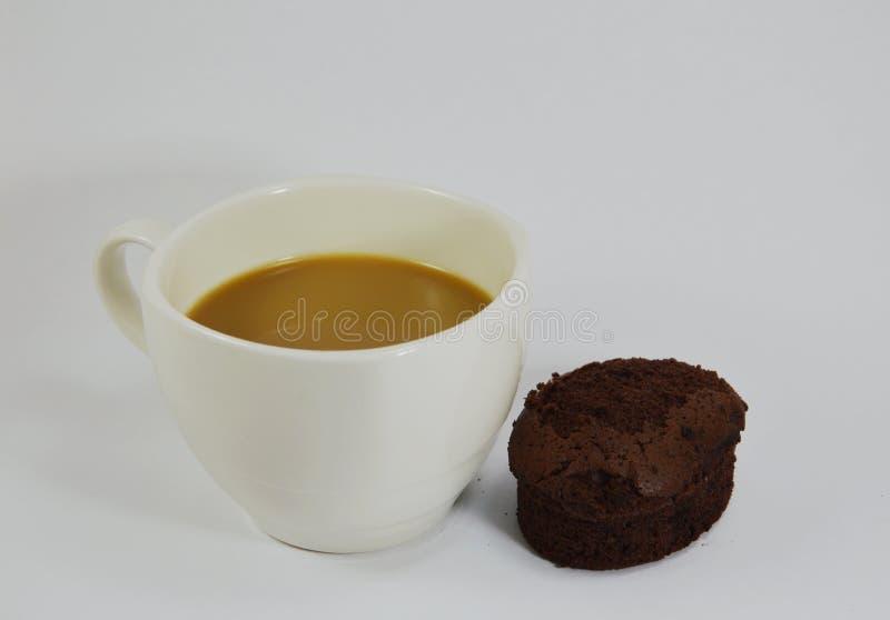Chokladkakan med kräm- fyllning och mjölkar kaffe fotografering för bildbyråer