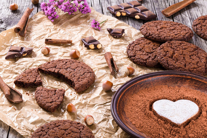 Chokladkakor, choklad med hasselnötter på ett pergamentpapper arkivbild
