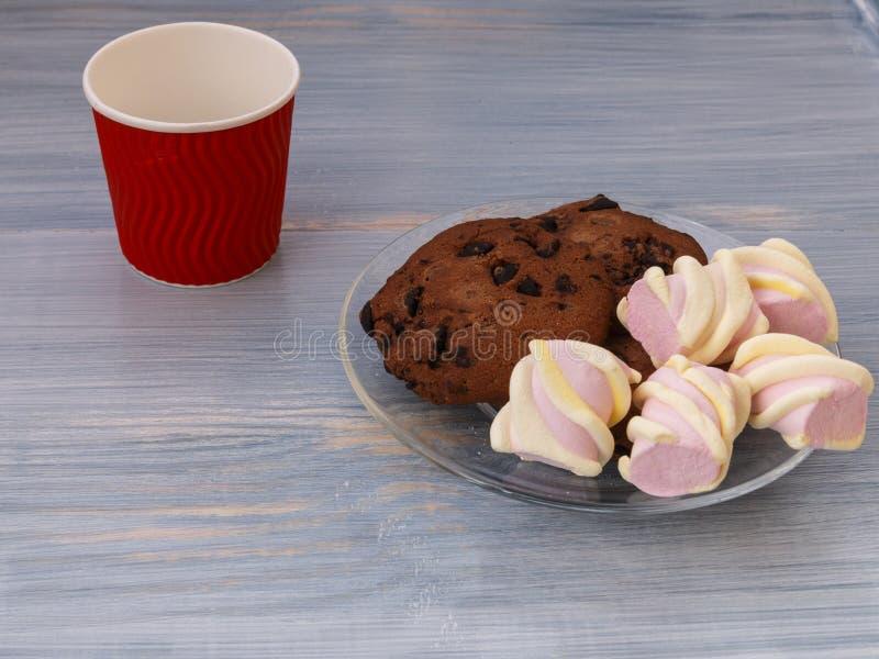 Chokladkakor klibbar med marshmallower på blå bakgrund arkivfoton