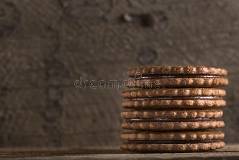 Chokladkex på den gamla trätabellen arkivfoton