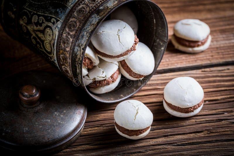 Chokladmakron i den gamla metallasken arkivfoto