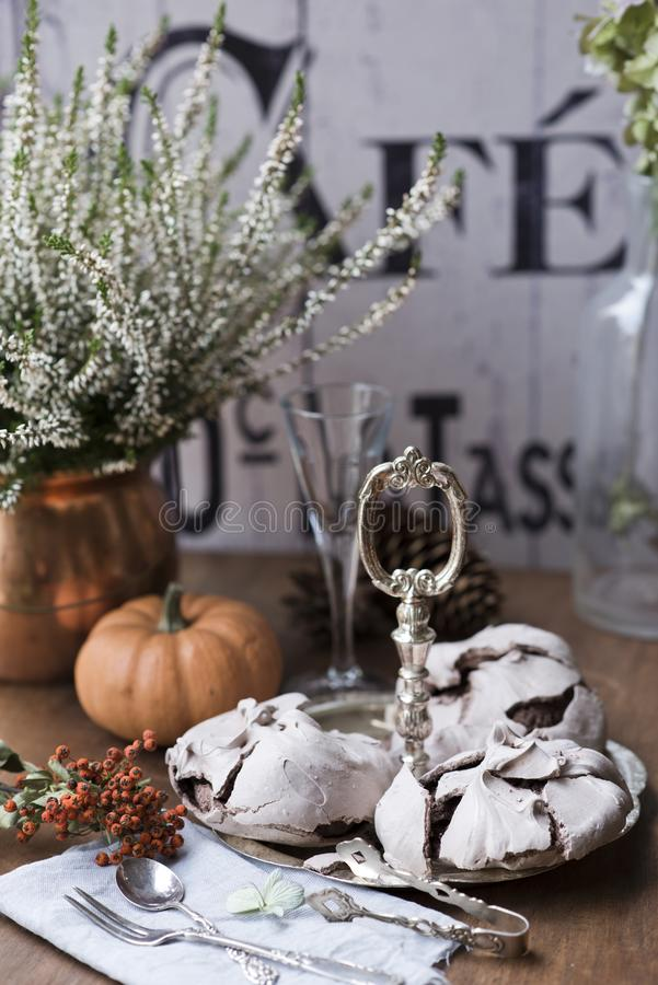 Chokladmarängar på tappning försilvrar magasinet mot ljungbakgrund arkivfoton