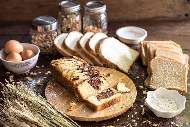 Chokladmarmorkaka med bröd och ingrediensen royaltyfria bilder