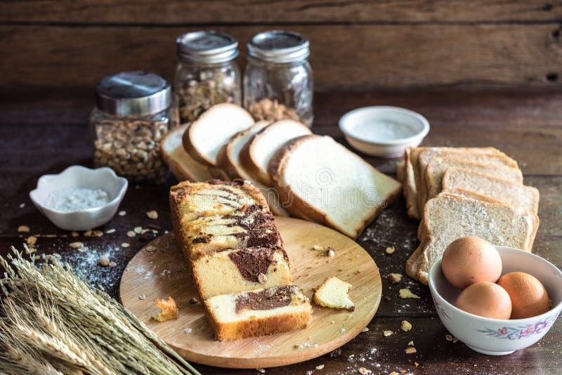 Chokladmarmorkaka med bröd och ingrediensen royaltyfri fotografi