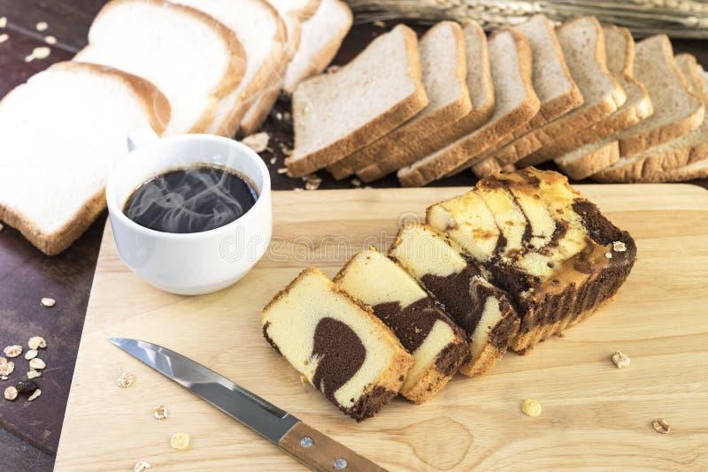 Chokladmarmorkaka med varmt kaffe och bröd arkivbild