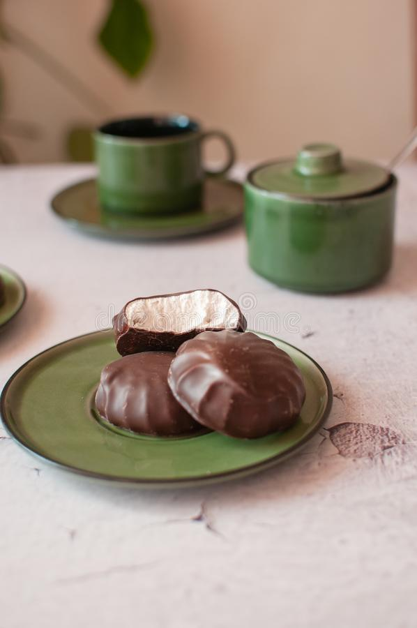 Chokladmarshmallower i mintkaramellkopp P? arkivbilder