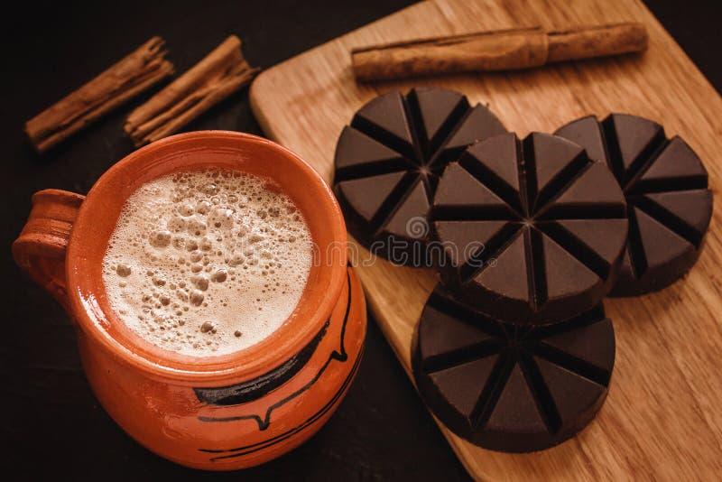 Chokladmexicano, kopp av mexikansk choklad från oaxaca Mexiko royaltyfri fotografi