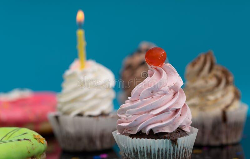 Chokladmuffin eller muffin med körsbäret arkivfoton