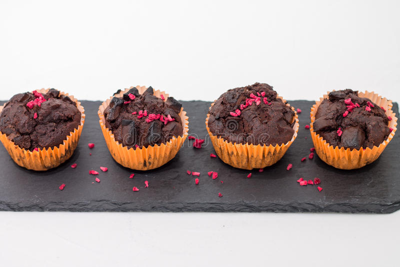 Chokladmuffin kritiserar på plattan på vit royaltyfri foto