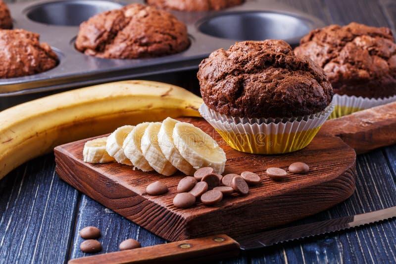 Chokladmuffin med bananen på mörk bakgrund royaltyfria foton