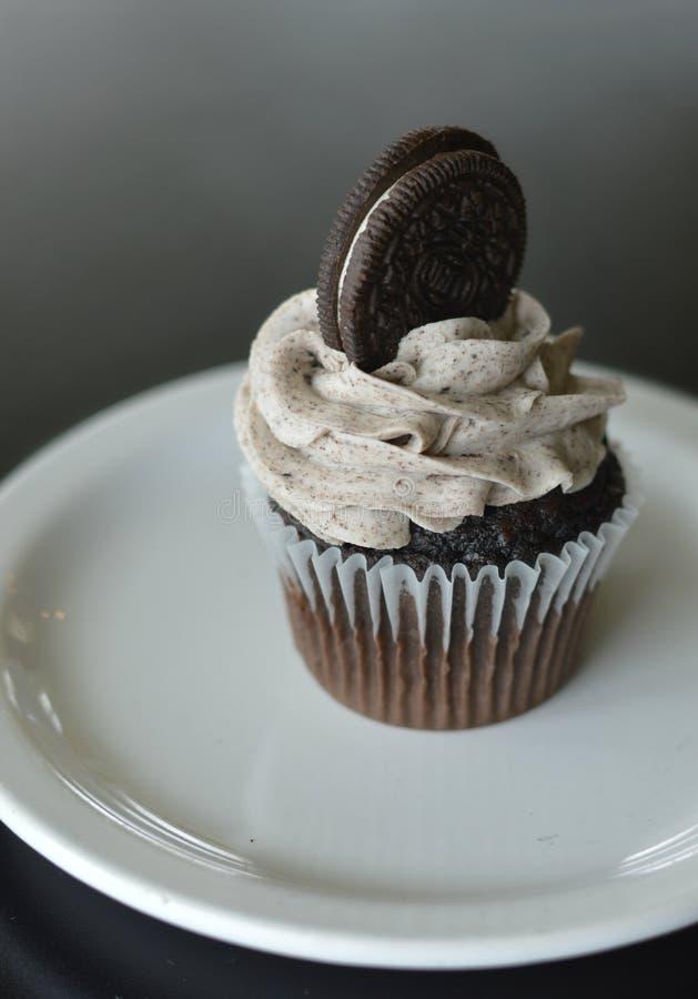 Chokladmuffin med den Oreo kakan fotografering för bildbyråer