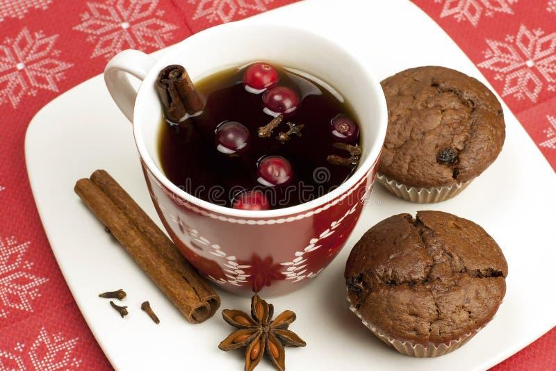 Chokladmuffin med den varma drinken royaltyfria foton