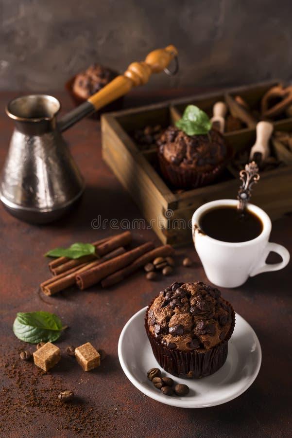 Chokladmuffin med en kopp kaffe på tabellen fotografering för bildbyråer