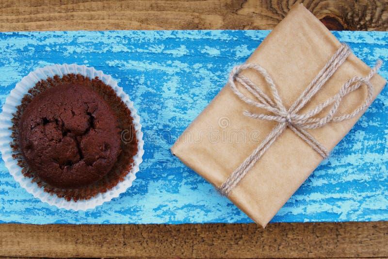 Chokladmuffin och gåvaask arkivfoto