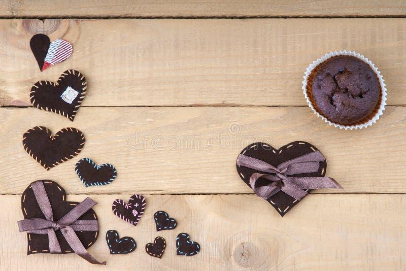 Chokladmuffin- och hjärtaformer royaltyfria bilder