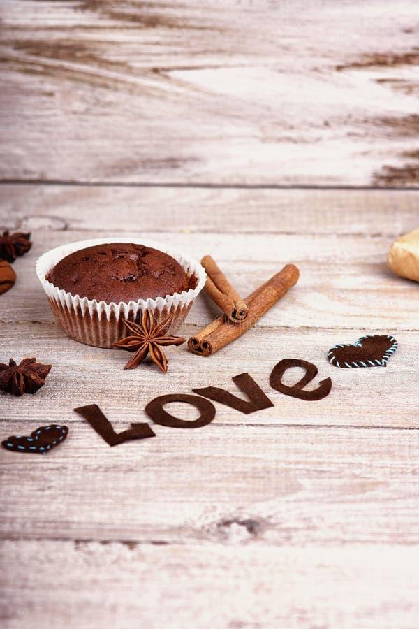Chokladmuffin, ordförälskelse och hjärta formar arkivfoton