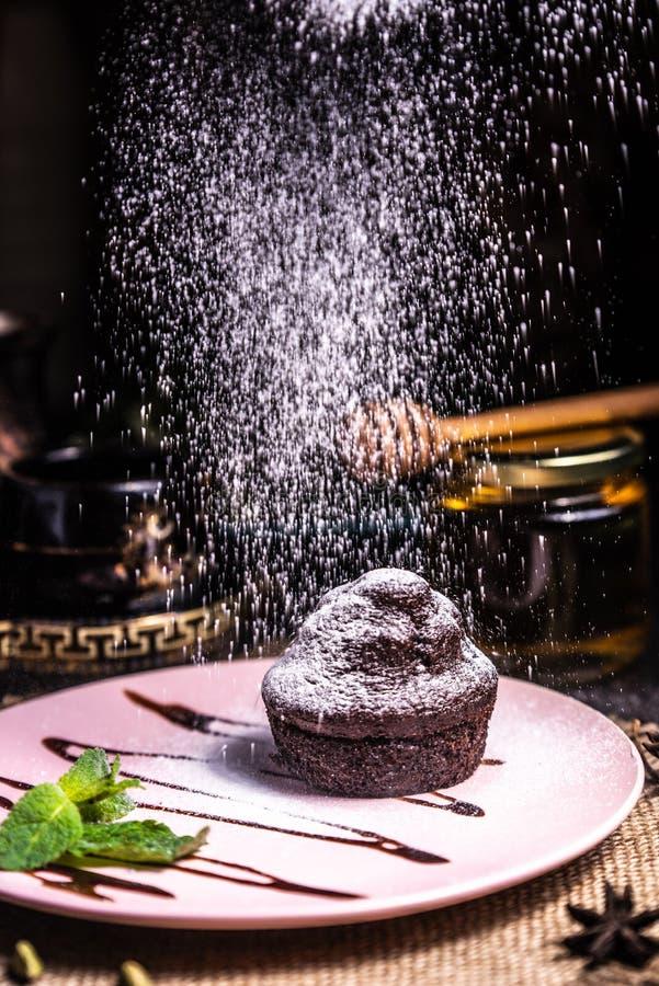 Chokladmuffin p? en rosa platta i en restaurang Pudrad isl?ggning arkivbilder