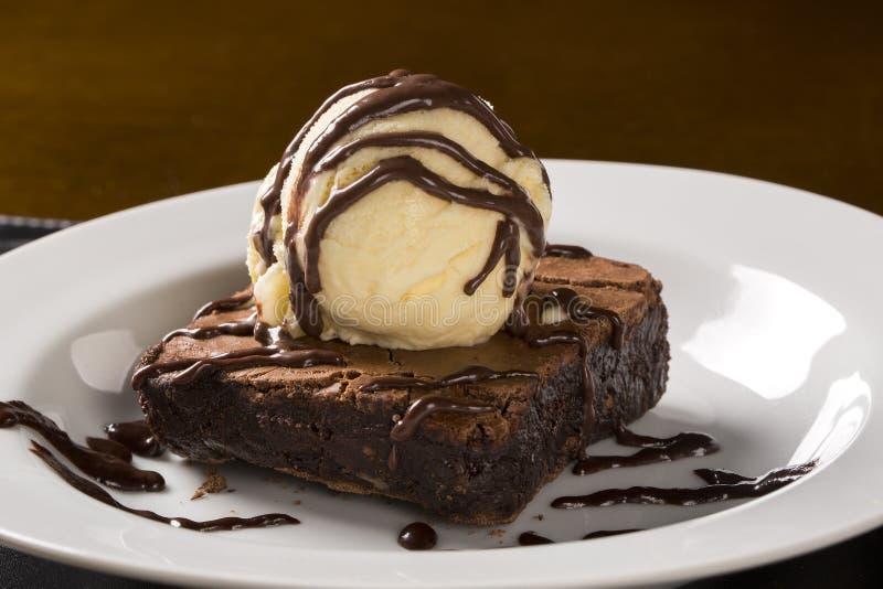 Chokladnisse med vaniljglass arkivbild