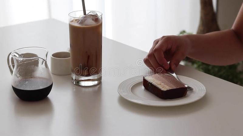Chokladostkaka och iskaffe med chokladsirap och att mjölka arkivbilder