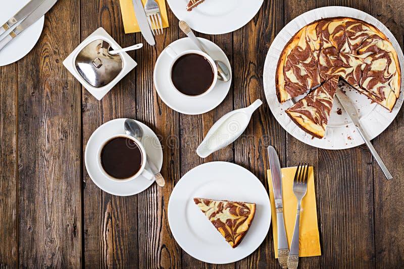 Chokladostkaka och kaffe på träbakgrund royaltyfria foton