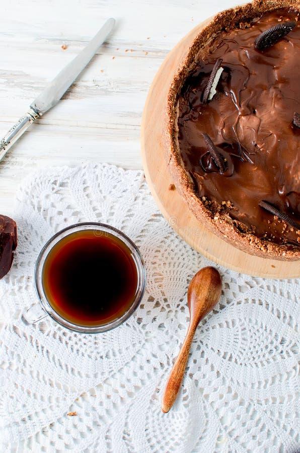 Chokladostkaka och kopp kaffe arkivfoto