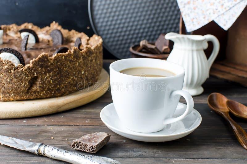 Chokladostkaka och kopp kaffe arkivfoton
