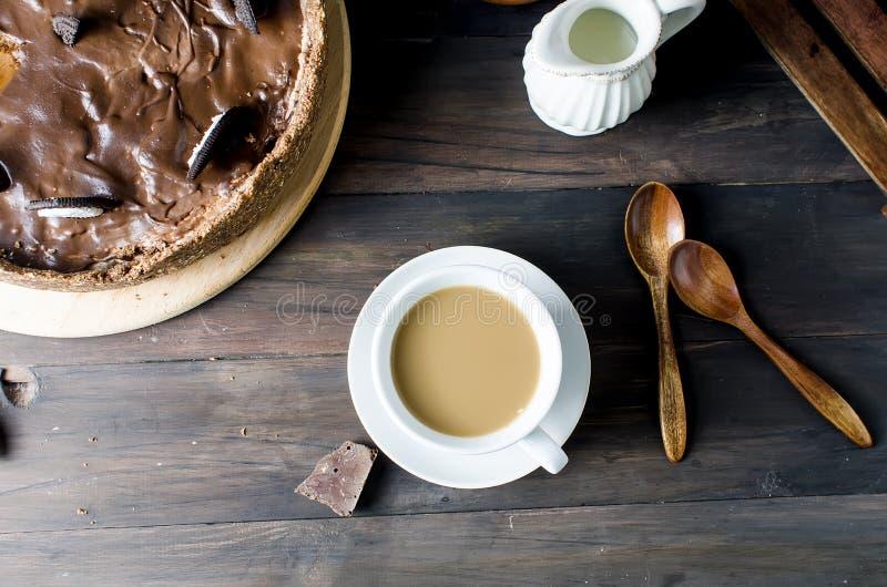 Chokladostkaka och kopp kaffe arkivbilder