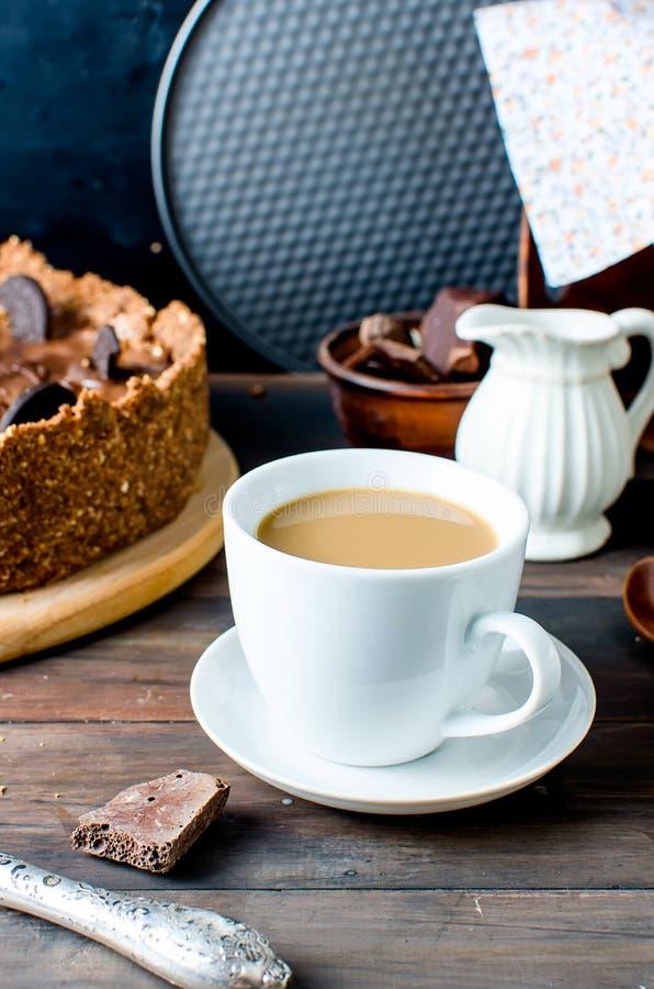 Chokladostkaka och kopp kaffe royaltyfri fotografi