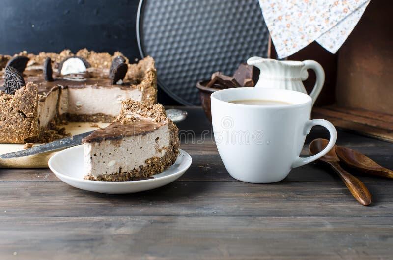 Chokladostkaka och kopp kaffe royaltyfri foto
