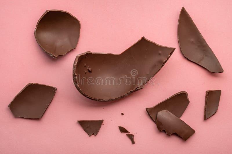 chokladpåskägg över rosa bakgrund, feriebegrepp royaltyfria foton