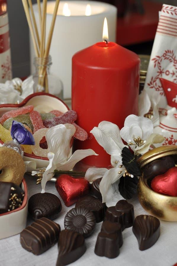 Chokladpralines, godisar och kexgåvor royaltyfri fotografi