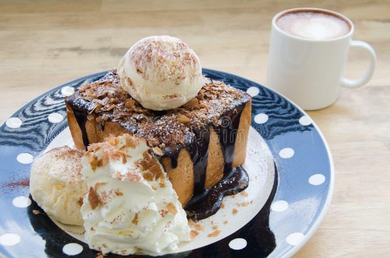 Chokladrostat bröd med varm latte arkivfoto