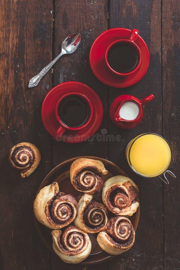 Chokladrullar och kaffe arkivbild